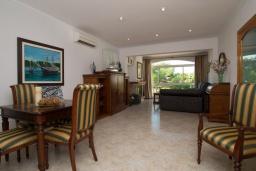 Гостиная / Столовая. Испания, Кала-д'Ор : Большая двухэтажная вилла для отдыха на испанском острове,  с 5 спальнями, 3 ванными комнатами, частным бассейном и видом на море.