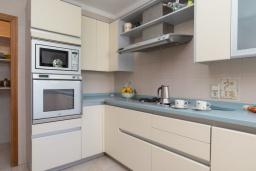 Кухня. Испания, Кала-д'Ор : Большая двухэтажная вилла для отдыха на испанском острове,  с 5 спальнями, 3 ванными комнатами, частным бассейном и видом на море.