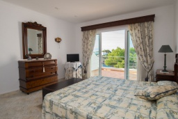 Спальня. Испания, Кала-д'Ор : Большая двухэтажная вилла для отдыха на испанском острове,  с 5 спальнями, 3 ванными комнатами, частным бассейном и видом на море.