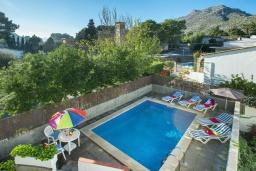 Бассейн. Испания, Кала-де-Сант-Висент : Уникальная классическая вилла между горами и пляжем Кала Сан Висенс с частным бассейном с шезлонгами и каменным барбекю, парковкой, просторной террасой, 4 спальни, 3 ванные комнаты, Wi-Fi.