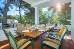 Обеденная зона. Испания, Кала-де-Сант-Висент : Уникальная классическая вилла между горами и пляжем Кала Сан Висенс с частным бассейном с шезлонгами и каменным барбекю, парковкой, просторной террасой, 4 спальни, 3 ванные комнаты, Wi-Fi.