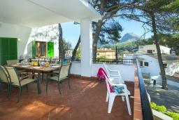 Терраса. Испания, Кала-де-Сант-Висент : Уникальная классическая вилла между горами и пляжем Кала Сан Висенс с частным бассейном с шезлонгами и каменным барбекю, парковкой, просторной террасой, 4 спальни, 3 ванные комнаты, Wi-Fi.