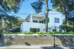 Вид на виллу/дом снаружи. Испания, Кала-де-Сант-Висент : Уникальная классическая вилла между горами и пляжем Кала Сан Висенс с частным бассейном с шезлонгами и каменным барбекю, парковкой, просторной террасой, 4 спальни, 3 ванные комнаты, Wi-Fi.