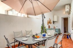 Обеденная зона. Испания, Порт-де-Польенса : Недавно отреставрированный средиземноморский дом для отдыха в морском районе Пуэрто-Полленса, в 100 метрах от пляжа с патио и барбекю, собственной крытой парковкой, 3 спальни, 2 ванные комнаты, спутниковое телевидение, Wi-Fi.
