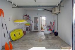 Парковка. Испания, Порт-де-Польенса : Недавно отреставрированный средиземноморский дом для отдыха в морском районе Пуэрто-Полленса, в 100 метрах от пляжа с патио и барбекю, собственной крытой парковкой, 3 спальни, 2 ванные комнаты, спутниковое телевидение, Wi-Fi.