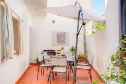 Патио. Испания, Порт-де-Польенса : Недавно отреставрированный средиземноморский дом для отдыха в морском районе Пуэрто-Полленса, в 100 метрах от пляжа с патио и барбекю, собственной крытой парковкой, 3 спальни, 2 ванные комнаты, спутниковое телевидение, Wi-Fi.