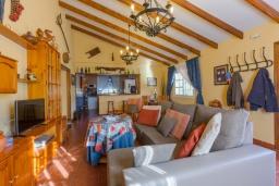 Гостиная / Столовая. Испания, Фрихильяна : Атмосферная уютная вилла с видом на долину, с 2 спальнями, 2 ванными комнатами и собственным бассейном.