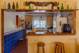 Кухня. Испания, Фрихильяна : Атмосферная уютная вилла с видом на долину, с 2 спальнями, 2 ванными комнатами и собственным бассейном.