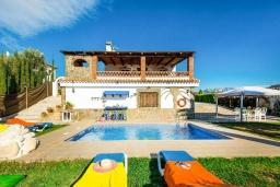 Зона отдыха у бассейна. Испания, Торрокс : Традиционная испанская вилла окружённая потрясающим пейзажем гор и видом на море, с 3 спальнями, 1 ванной комнатой, собственным бассейном.