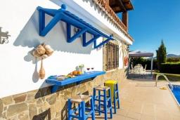 Терраса. Испания, Торрокс : Традиционная испанская вилла окружённая потрясающим пейзажем гор и видом на море, с 3 спальнями, 1 ванной комнатой, собственным бассейном.