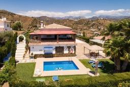 Вид на виллу/дом снаружи. Испания, Торрокс : Традиционная испанская вилла окружённая потрясающим пейзажем гор и видом на море, с 3 спальнями, 1 ванной комнатой, собственным бассейном.