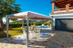 Обеденная зона. Испания, Торрокс : Традиционная испанская вилла окружённая потрясающим пейзажем гор и видом на море, с 3 спальнями, 1 ванной комнатой, собственным бассейном.