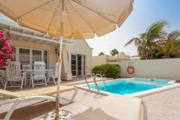 Зона отдыха у бассейна. Испания, Лансароте : Светлая комфортабельная вилла с частным бассейном, 3 спальнями и 2 ванными комнатами