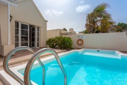 Бассейн. Испания, Лансароте : Светлая комфортабельная вилла с частным бассейном, 3 спальнями и 2 ванными комнатами