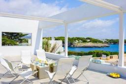 Терраса. Испания, Кала-д'Ор : Стильная современная вилла полная естественного света с 4 спальнями, 3 ванными комнатами, частным бассейном и видом на море.
