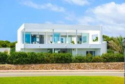 Вид на виллу/дом снаружи. Испания, Кала-д'Ор : Стильная современная вилла полная естественного света с 4 спальнями, 3 ванными комнатами, частным бассейном и видом на море.