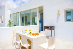 Зона барбекю / Мангал. Испания, Кала-д'Ор : Стильная современная вилла полная естественного света с 4 спальнями, 3 ванными комнатами, частным бассейном и видом на море.