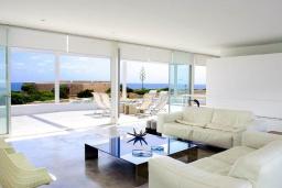 Гостиная / Столовая. Испания, Кала-д'Ор : Стильная современная вилла полная естественного света с 4 спальнями, 3 ванными комнатами, частным бассейном и видом на море.