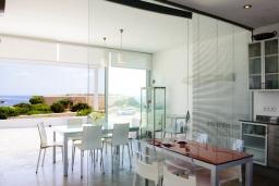 Обеденная зона. Испания, Кала-д'Ор : Стильная современная вилла полная естественного света с 4 спальнями, 3 ванными комнатами, частным бассейном и видом на море.
