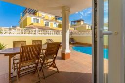 Терраса. Испания, Фуэртевентура : Яркая солнечная вилла с красивым интерьером, 3 спальнями, 2,5 ванными комнатами и собственным бассейном с подогревом.