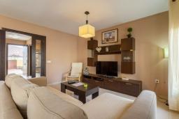 Гостиная / Столовая. Испания, Фуэртевентура : Яркая солнечная вилла с красивым интерьером, 3 спальнями, 2,5 ванными комнатами и собственным бассейном с подогревом.