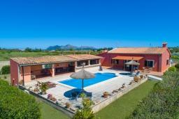 Вид на виллу/дом снаружи. Испания, Алькудия : Традиционная испанская вилла расположенная в уединенном месте,  с 3 спальнями, 3 ванными комнатами и частным бассейном.