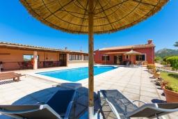 Зона отдыха у бассейна. Испания, Алькудия : Традиционная испанская вилла расположенная в уединенном месте,  с 3 спальнями, 3 ванными комнатами и частным бассейном.