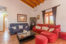 Гостиная / Столовая. Испания, Алькудия : Традиционная испанская вилла расположенная в уединенном месте,  с 3 спальнями, 3 ванными комнатами и частным бассейном.
