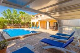 Зона отдыха у бассейна. Испания, Са Рапита : Роскошная просторная вилла для отдыха вмещает до 8 человек с 4 спальнями, 3 ванными комнатами и частным бассейном.