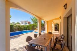 Терраса. Испания, Са Рапита : Роскошная просторная вилла для отдыха вмещает до 8 человек с 4 спальнями, 3 ванными комнатами и частным бассейном.