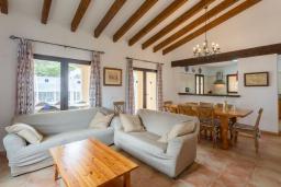 Гостиная / Столовая. Испания, Са Рапита : Роскошная просторная вилла для отдыха вмещает до 8 человек с 4 спальнями, 3 ванными комнатами и частным бассейном.