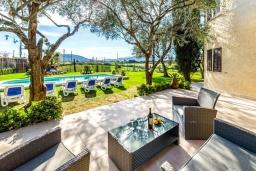 Терраса. Испания, Алькудия : Загородная вилла для отдыха с красивым зеленым садом на всей территории, с 3 спальнями, 2 ванными комнатами и собственным бассейном.
