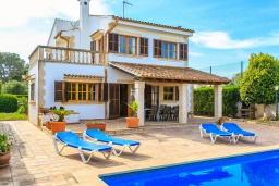 Зона отдыха у бассейна. Испания, Са Рапита : Замечательная двухэтажная вилла расположенная в тихой деревне, 4 спальни, 3 ванные комнаты, частный бассейн и вид на море.