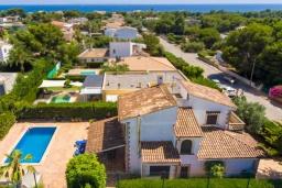 Вид на виллу/дом снаружи. Испания, Са Рапита : Замечательная двухэтажная вилла расположенная в тихой деревне, 4 спальни, 3 ванные комнаты, частный бассейн и вид на море.