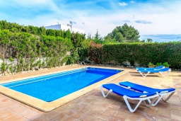 Бассейн. Испания, Са Рапита : Замечательная двухэтажная вилла расположенная в тихой деревне, 4 спальни, 3 ванные комнаты, частный бассейн и вид на море.