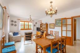 Гостиная / Столовая. Испания, Са Рапита : Замечательная двухэтажная вилла расположенная в тихой деревне, 4 спальни, 3 ванные комнаты, частный бассейн и вид на море.