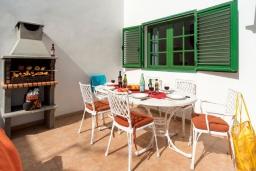 Зона барбекю / Мангал. Испания, Гран Канария : Хорошая вилла для отдыха, с видом на море, с 3 спальнями, 2 ванными комнатами и собственным бассейном с подогревом.