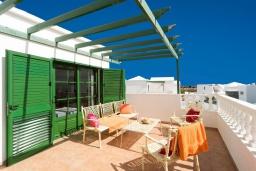 Терраса. Испания, Гран Канария : Хорошая вилла для отдыха, с видом на море, с 3 спальнями, 2 ванными комнатами и собственным бассейном с подогревом.