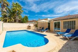 Бассейн. Испания, Алькудия : Небольшая уютная вилла недалеко от пляжа,  с 3 спальнями, 2 ванными комнатами и собственным бассейном.