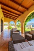 Терраса. Испания, Алькудия : Небольшая уютная вилла недалеко от пляжа,  с 3 спальнями, 2 ванными комнатами и собственным бассейном.