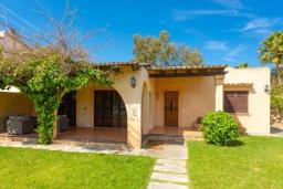 Вход. Испания, Алькудия : Небольшая уютная вилла недалеко от пляжа,  с 3 спальнями, 2 ванными комнатами и собственным бассейном.