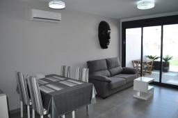 Обеденная зона. Испания, Аликанте : Красивый и современный пентхаус, 2 спальни, гостиная, 2 ванные комнаты, Wi-Fi, кондиционер, барбекю, паркинг, терраса, спутниковое телевидение, общий бассейн