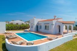 Вид на виллу/дом снаружи. Испания, Менорка : Светлая уютная вилла на берегу моря, с 3 спальнями, 2 ванными комнатами, частным бассейном