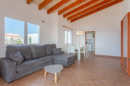 Гостиная / Столовая. Испания, Менорка : Светлая уютная вилла на берегу моря, с 3 спальнями, 2 ванными комнатами, частным бассейном