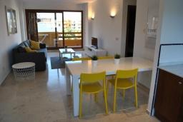 Обеденная зона. Испания, Торревьеха : Комфортные апартаменты с видом на сад, 2 спальни, гостиная, 2 ванные комнаты, Wi-Fi, кондиционер, паркинг, балкон, спутниковое телевидение, общий бассейн