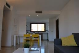 Гостиная / Столовая. Испания, Торревьеха : Комфортные апартаменты с видом на сад, 2 спальни, гостиная, 2 ванные комнаты, Wi-Fi, кондиционер, паркинг, балкон, спутниковое телевидение, общий бассейн