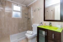 Ванная комната. Испания, Нерха : Современный апартамент в 150 метрах от пляжа в комплексе с бассейном, с гостиной, двумя спальнями и террасой