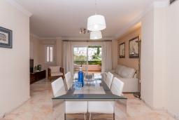 Обеденная зона. Испания, Нерха : Современный апартамент в 150 метрах от пляжа в комплексе с бассейном, с гостиной, двумя спальнями и террасой