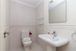 Туалет. Испания, Нерха : Современный апартамент в 150 метрах от пляжа в комплексе с бассейном, с гостиной, двумя спальнями и террасой