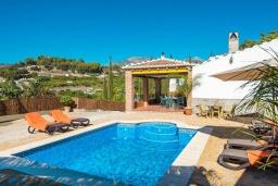 Бассейн. Испания, Фрихильяна : Традиционная испанская вилла расположенная на возвышенности что дает отличный вид на долину и горы, есть 3 спальни, 2 ванные комнаты и частный бассейн